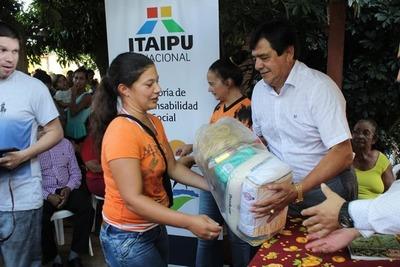 Intendente hace campaña con víveres donados por la Itaipu