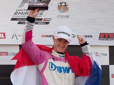 Joshua Duerksen triunfa en dos carreras en Abu Dabi y lidera