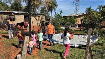 Asisten a familias afectadas por temporal en Mbocayaty