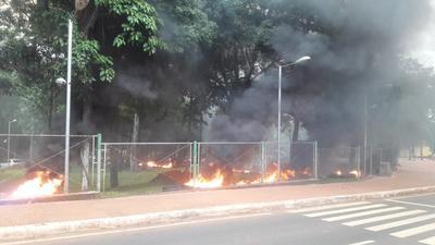 Kelembu se aferra a la Intendencia, en medio de  resistencia ciudadana