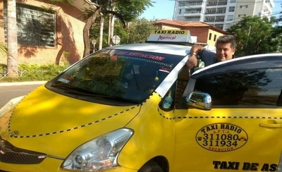 """HOY / Taxista ofrece a pasajeros Wifi, tv y hasta minicarga: """"Me pueden copiar pero mi móvil es único"""""""