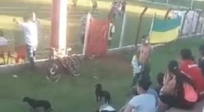 Futbolista expulsado patea un perro antes de retirarse