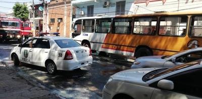 HOY / El segundo bus de la misma   empresa incendiado en apenas   10 días, en el centro capitalino