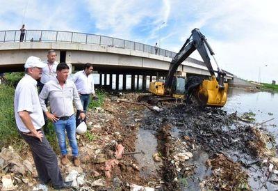 Impulsan limpieza de Arroyo Mburicao en barrio Santo Domingo