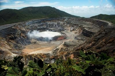Volcán Poás de Costa Rica hace erupción y lanza ceniza a poblados vecinos