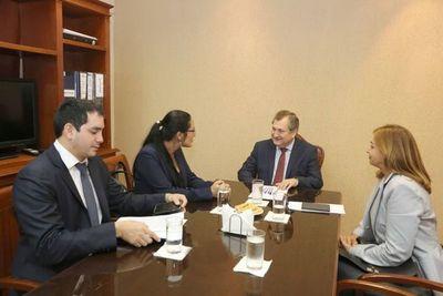 Ministro con autoridades de Seprelad y Senabico
