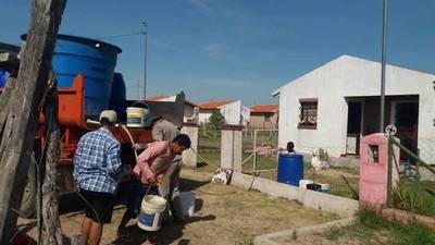 Villa Florida: Distribuyen agua potable a familias que sufren por la escacez