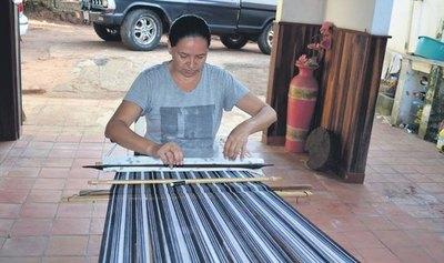Colegios de Piribebuy enseñarán la técnica de elaboración del poncho 60 listas
