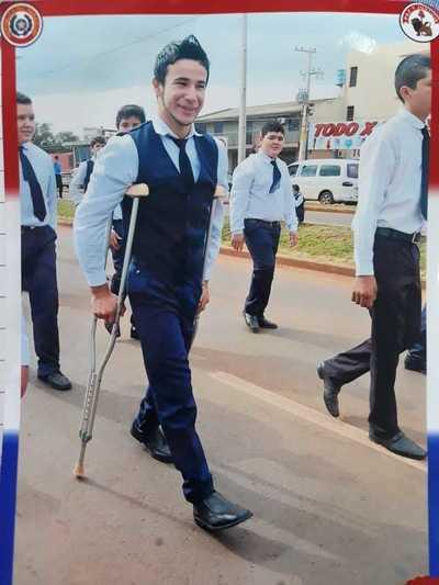 Piden ayuda para estudiante con prótesis