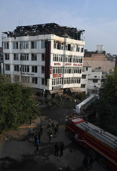 Unos 17 muertos por incendio de un hotel en Nueva Delhi