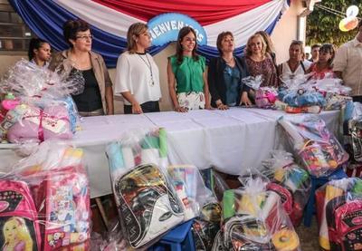 Primera Dama entregó kits escolares a hijos de reclusas del Buen Pastor