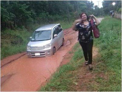 Por culpa de calle destrozada no pueden llegar a una escuela de Ypané