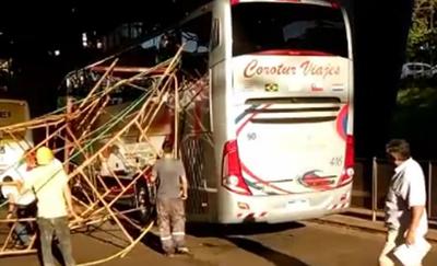 Andamio se desploma y afecta un bus de turismo