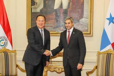 Jefe de Estado recibe a presidente de Panamá en Palacio de López