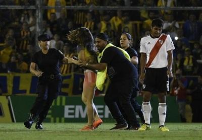Mujer semidesnunda irrumpe en partido de torneo argentino