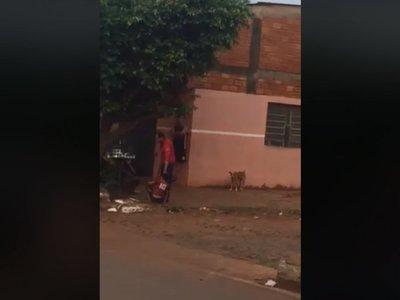 Motoca azotó con rebenque a un niño en situación de calle