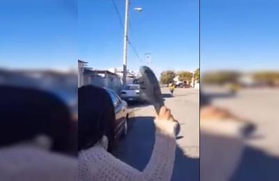 Una enojada madre le lanza una sandalia a su hija a larga distancia... ¡y le acierta!
