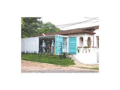 Modelo instaló su tienda y generó queja de vecinos