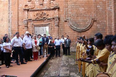 Coro Mbya de Guavirami sorprende al presidente Varela en la Misión de Trinidad