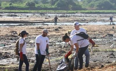 HOY / La Armada se suma a titánica  tarea de limpiar y concienciar a  puercos que poluyen las aguas