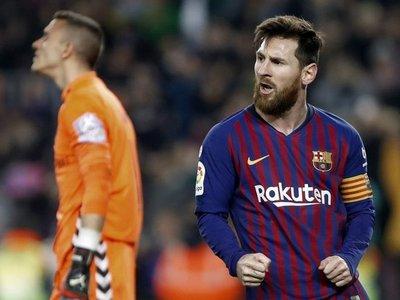 El Barcelona gana sin convencer