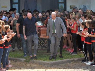 Familiares y amigos de Emiliano Sala le dan el adiós en su pueblo
