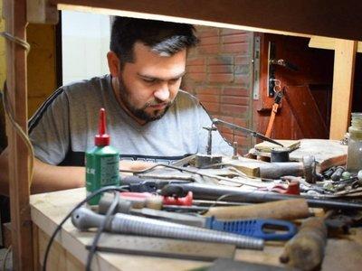 El artesano guaireño que fabrica guampas y mapas en miniatura