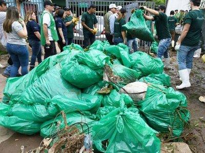 Voluntarios retiran 43 toneladas de basura del arroyo Mburicaó