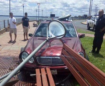 Abandonan vehículo tras choque en Costanera de Encarnación
