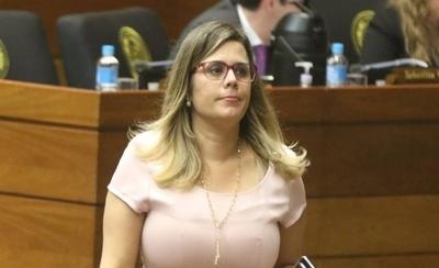 """HOY / Aumentos para 'amigos' en la función pública: es """"inmoral e ilegal"""", dice diputada"""