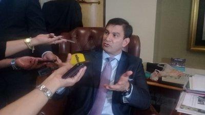 """Senador """"Trato apu'a"""" insiste en defender los """"aumentos mau"""""""
