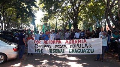 Unos 750 campesinos protestan en Caaguazú y Villarrica