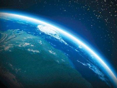 La atmósfera terrestre se extiende más allá de la órbita lunar