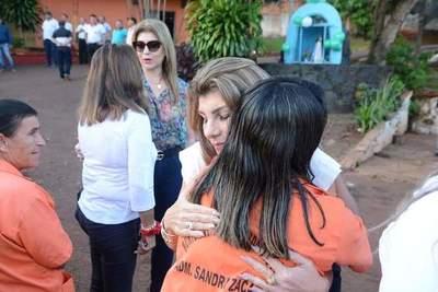 "Prohíben a funcionarios uniformes con escrito ""Sandra Zacarías"""