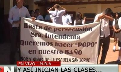 Escuela de Roque Alonso recibe a sus alumnos sin baños