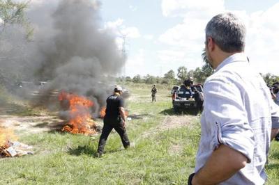 Presidente observó quema de la mayor carga de cocaína incautada en el país