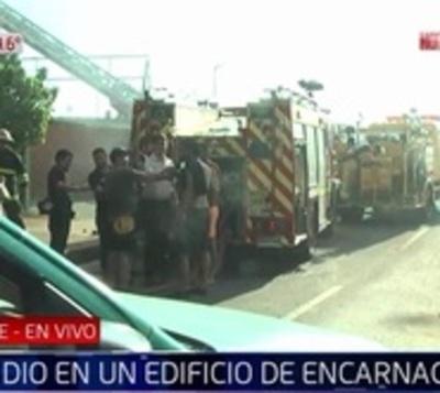 Mujer quedó atrapada varios minutos en edificio en llamas