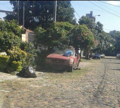 Coche abandonado en Asunción
