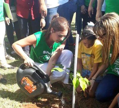 Paraguayas lideran arborización en Cuartel de la Victoria