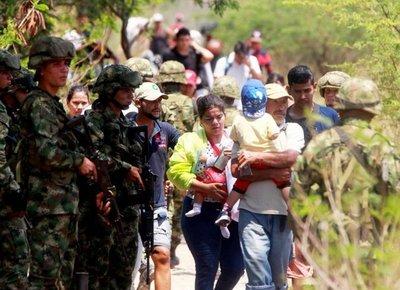 Venezolanos siguen huyendo en masa del hambre y represión de Maduro