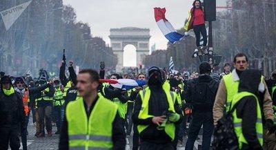 """Macron acusó a los """"chalecos amarillos"""" de """"cómplices"""" de protestas violentas"""