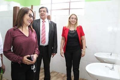 Rubén Rojas y su esposa hacen campaña electoral con Fonacide en escuelas públicas