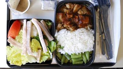Descubre diente humano en su comida de avión