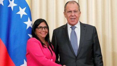 """Rusia apoya """"al amigo Nicolás Maduro"""" y China rechaza la intervención extranjera"""