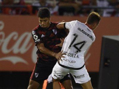 River goleó a Newell's y preocupa la lesión de Robert Rojas