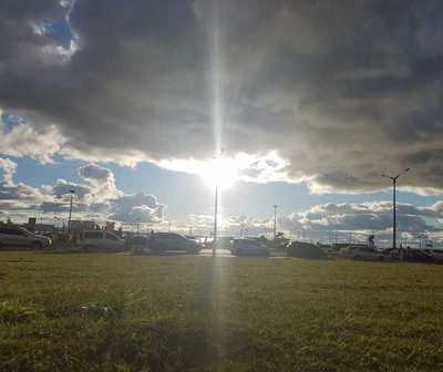 Día caluroso, cielo mayormente nublado