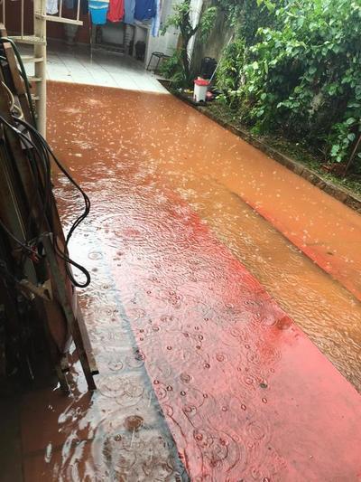 Cada vez que llueve, casas quedan bajo agua en un barrio franqueño