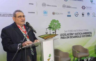 Ministro Fretes diserta sobre el impacto ambiental en el país