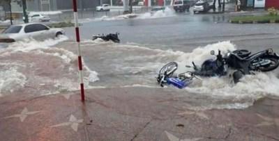 Tras lluvia, raudal lleva varias motos estacionadas