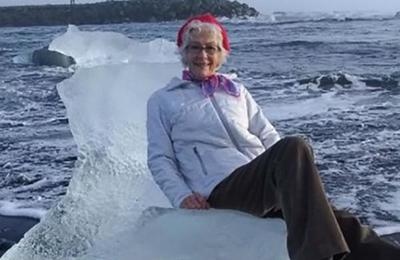 Anciana pasa el susto de su vida al sentarse en trono de hielo… ¡y flotar mar adentro!